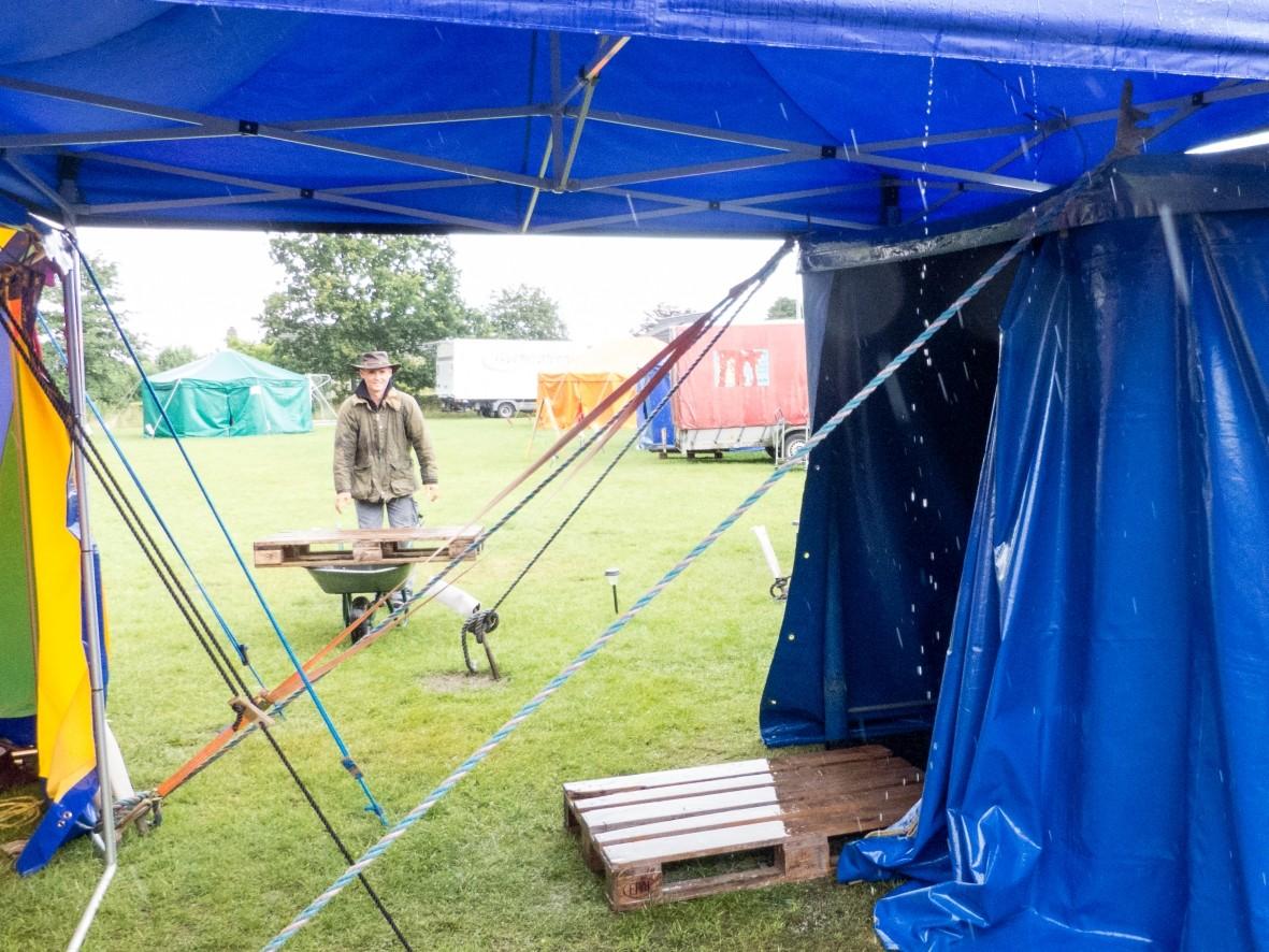 Circusdirektor Harms Haddorp trotzt dem Regen