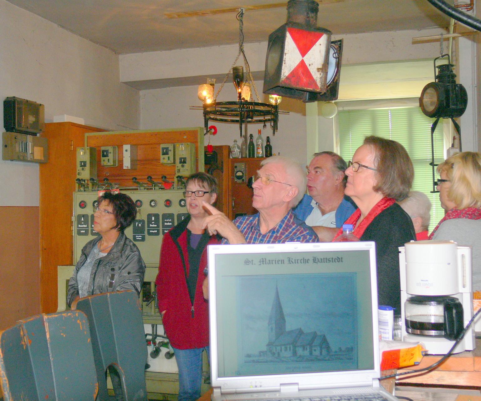 Die Bilderschau des Dorfchronisten Johann Carstensen wird bestaunt.