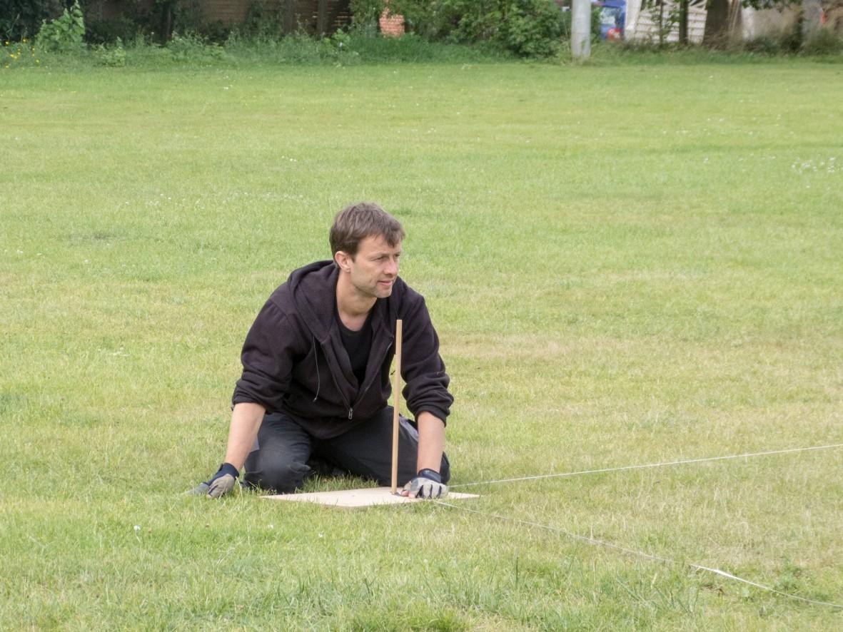 Der Circusdirektor Holger deVries misst die Zeltstangen ein.