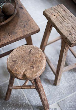 Mobilier en bois brut, une ambiance wabi-sabi