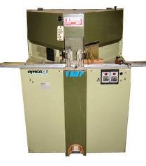 omga(イタリア)ダブルマイターソー : モールディングを45度でカットする機械です。刃が左右に1枚ずつついています。