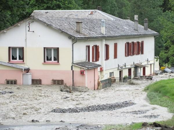Le torrent de l'Yse a occasionné également occasionné des dégâts importants dans la traversée de Luz-Saint-Sauveur.© C-PRIM 2013