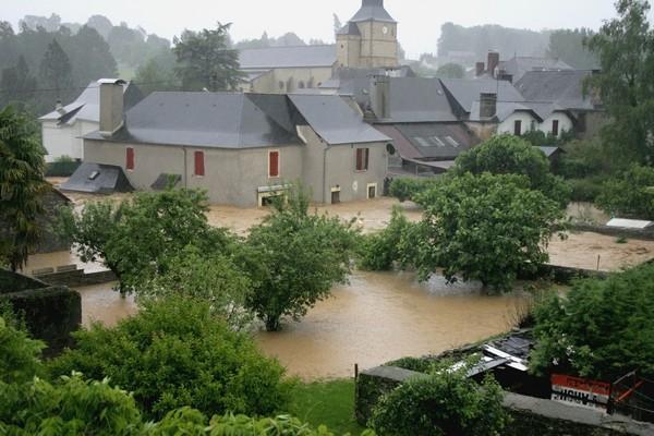 L'inondation s'aggrave et les maisons riveraines se retrouvent sous plus d'un mètre d'eau et de boue © Association Bien Vivre à Bruges