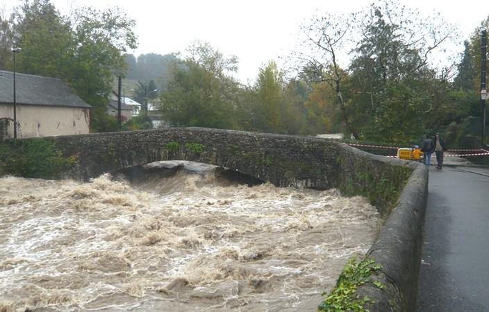 Le pont Forbeigt menacé par la montée des eaux du gave d'Aspe à Oloron.  L'accès a été fermé par les services municipaux. © c-prim 2011