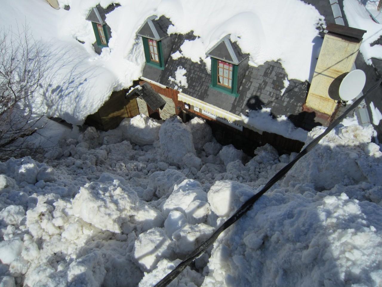 Il s'en est fallu de peu pour que l'avalanche n'emporte l'auberge © Mairie de Luchon
