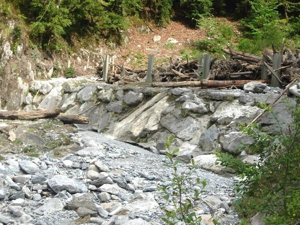 Torrent de la Sourde aux Eaux-Bonnes (64). Bassin de réception en amont destiné à stoker les matériaux emportés par les violentes crues de la Sourde. © C-PRIM 2009