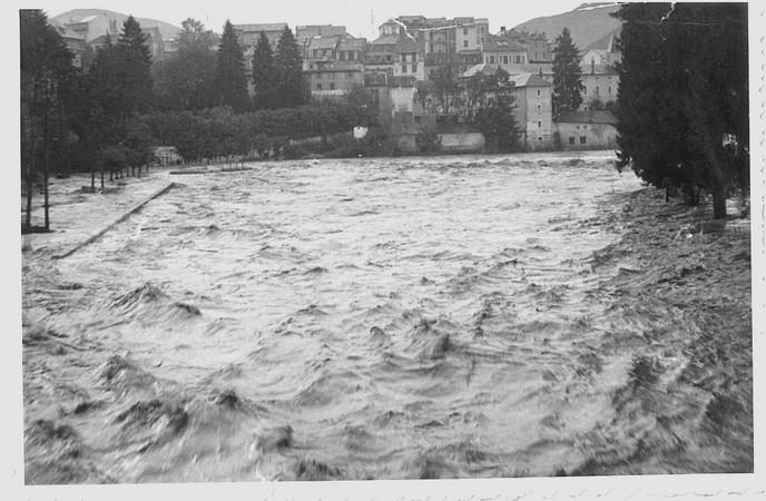 27 octobre 1937. Photo prise du pont Saint-Michel. Le quai Saint-Jean est submergé par les eaux tumultueuses du Gave de Pau. © M.CREPIN