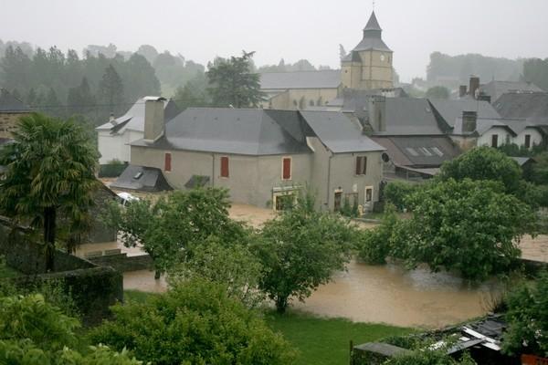 19 heures, le ruisseau de l'Arrec monte toujours et emporte une première voiture © Association Bien Vivre à Bruges