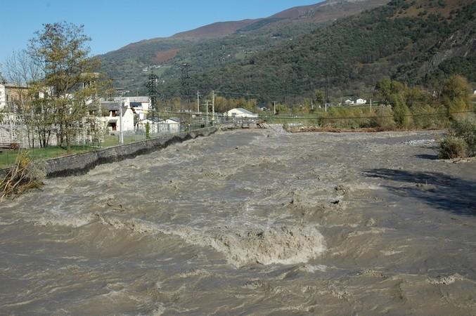 29 octobre 2005. Le Gave de Pau connaît une forte crue entre Gavarnie et Argelès-Gazost. A la sortie des gorges de Luz, il est menaçant mais reste dans son lit. © F. DUPLAN