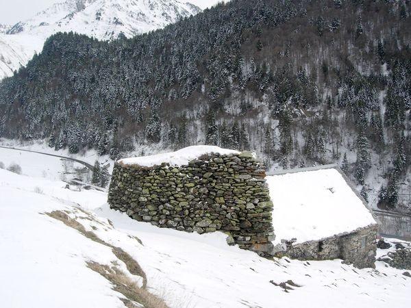 Granges de Piets Derats au-dessus de Barèges. Amas de blocs de plusieurs mètres en amont de la grange. © C-PRIM