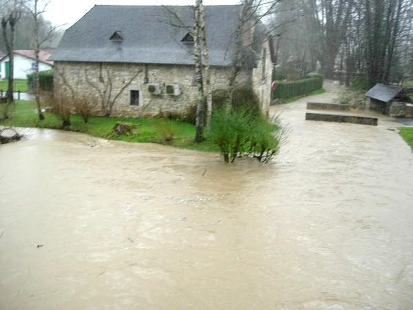 Baïse en crue dans le village de Lasseube. Photo prise lors de la montée des eaux. © C-PRIM 2009