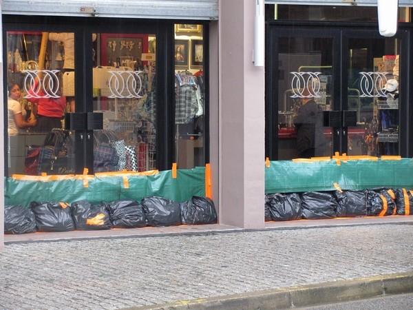 Vers 15 heures, la situation devient préoccupante. à Lourdes. Certains commerces se préparent à l'arrivée des eaux. © C-PRIM2013