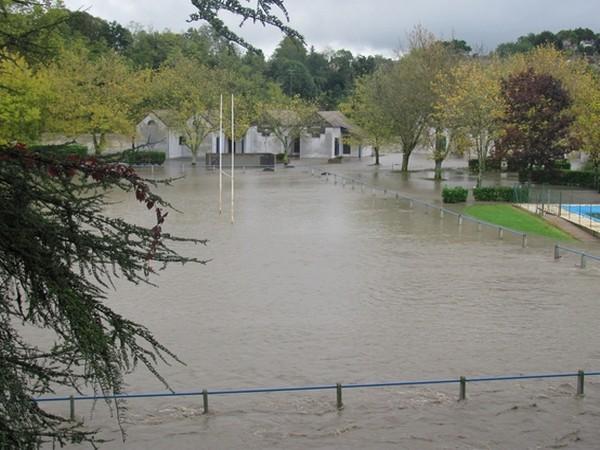Lestelle-Bétharam. Le stade, le camping, ses chalets et la salle des fêtes sont inondés. © C-PRIM 2012