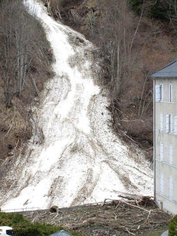 Le 10 février, une avalanche dévale en pleine nuit jusqu'au coeur du village de Barèges. Des voitures sont ensevelies. Photo prise quelques semaines après. © C-PRIM 2013