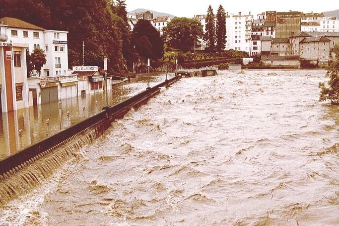 1er Juin 1979. Le Gave de Pau déborde en rive droite. Le quai Saint-Jean est submergé par les eaux tumultueuses du Gave de Pau. © F. DUPLAN