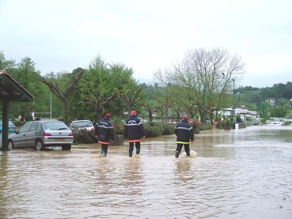 Route du stade de Saint-Pée-sur-Nivelle pendant la décrue  © C-PRIM 2011