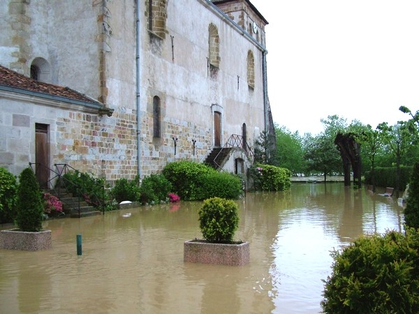Eglise de Saint-Pée-sur-Nivelle encerclée par les eaux © C-PRIM 2011