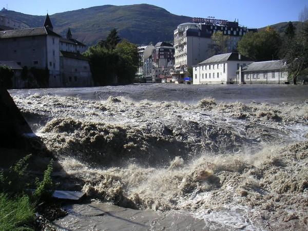 29 octobre 2005. Le gave est menaçant dans la traversée de Lourdes mais reste dans son lit.  © F. DUPLAN