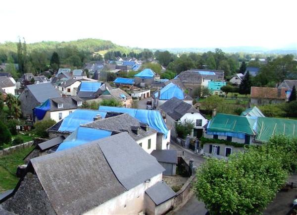 Vue aérienne du village d'Ogeu et ses très nombreuses maisons bâchées © mairie d'Ogeu