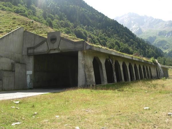 Galerie paravalanche sur la route du col du Pourtalet. Plusieurs ouvrages existent sur ce tronçon dans les couloirs les plus actifs. © C-PRIM 2010