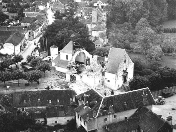 Vue aérienne de l'église et du village d'Arette. © Archives mairie d'Arette