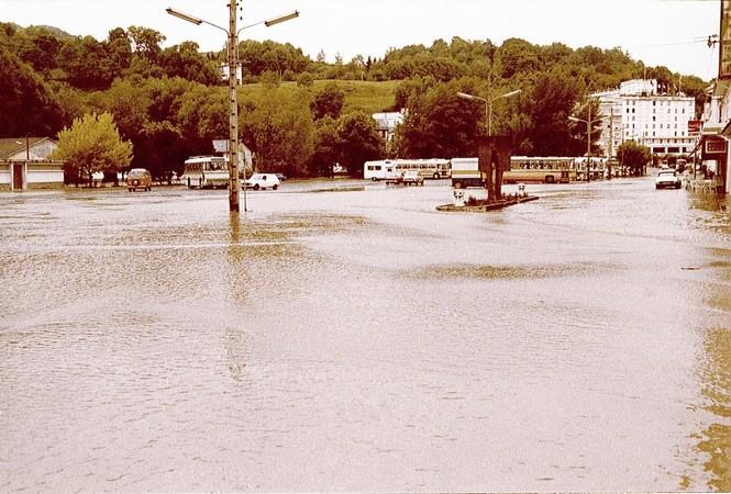 1er Juin 1979. Les bas quartiers de Lourdes sont sous les eaux. Le parking Paradis est envahi par les eaux du gave.  © F. DUPLAN