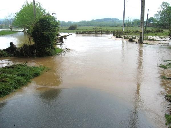 Route inondée de Saint-Pée-sur-Nivelle après la crue.  © C-PRIM 2011