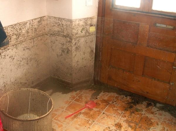 Maison d'habitation dévastée par l'eau et la boue. © Joel Dufour (Service de Restauration des Terrains en Montagne)