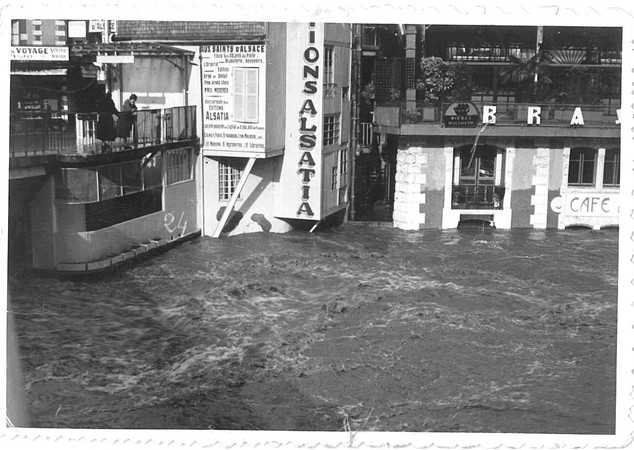 27 octobre 1937. Photo prise à l'aval du Pont Vieux de Lourdes. Le gave menace le café restaurant en rive gauche. © M.CREPIN