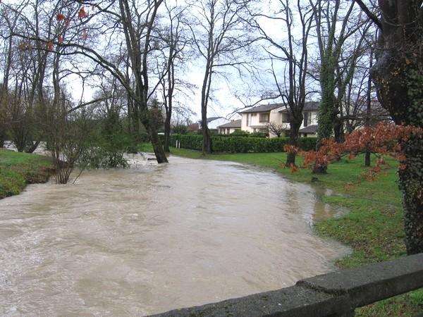 L'Ousse des Bois en crue reste menaçante dans certains quartiers de Pau. © cprim 2011