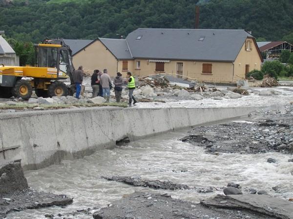 Le Gave de Cauterets a submergé la digue de protection en rive droite à Pierrefitte-Nestalas.© C-PRIM 2013