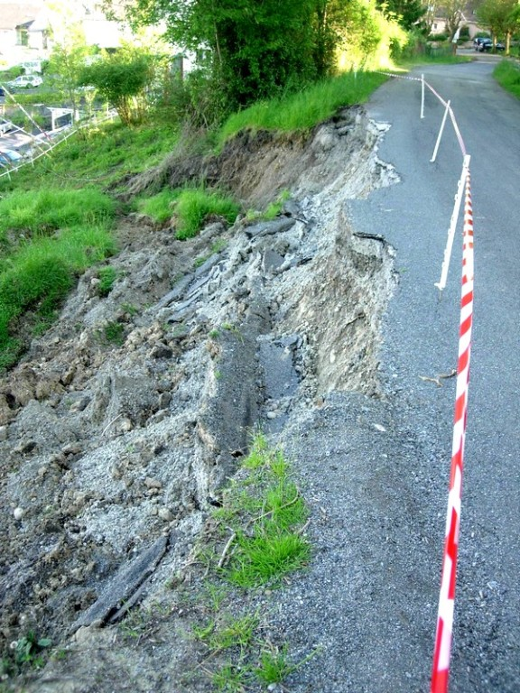 La route d'accès à la colline s'est partiellement effondrée .© C-PRIM 2009