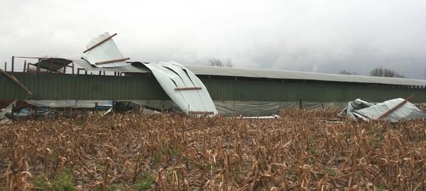 Hangars agricoles ont fortement souffert. Photo prise à Morlaas. © C-PRIM 2009
