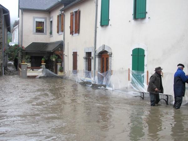 Le gave de Pau commence à déborder à Saint-Pé-de-Bigorre. Les maisons du quartier du pont sont calfeutrées.© C-PRIM 2013