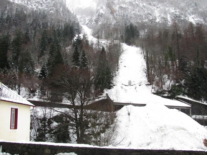 Grosse avalanche dans le couloir de la glacière en amont du village de Cauterets. © C-PRIM 2013