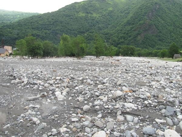 Le Gave de Cauterets a charrié des quantités astronomiques de terre, galets ou blocs. On ne reconnaît plus son lit qui a divagué sur 200 mètres de large. © C-PRIM 2013