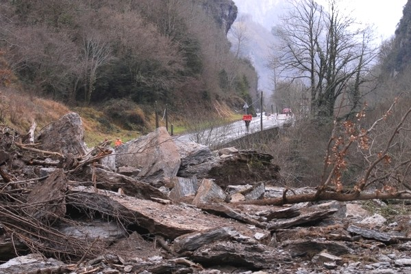 Route nationale coupée entre Cette-Eygun et Etsaut. Photo prise du haut de l'éboulement © Gilles Daid