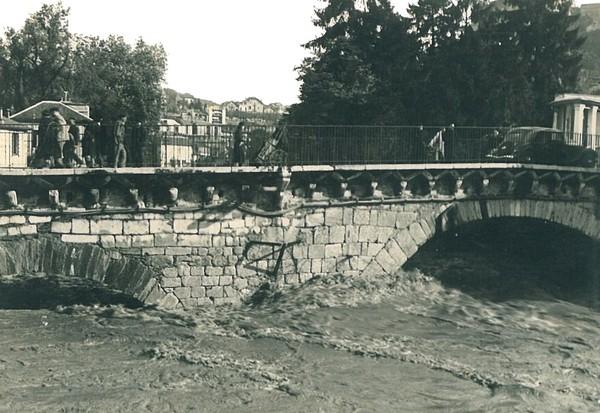 Photo prise à l'amont du Pont Vieux de Lourdes. Le gave, en décrue, passe difficilement sous les arches. © M.CREPIN
