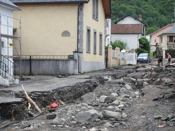 Le Gave de Cauterets a submergé la digue de protection en rive gauche à Pierrefitte-Nestalas. Il a ensuite emprunté et dévasté la rue Boileau. © C-PRIM 2013