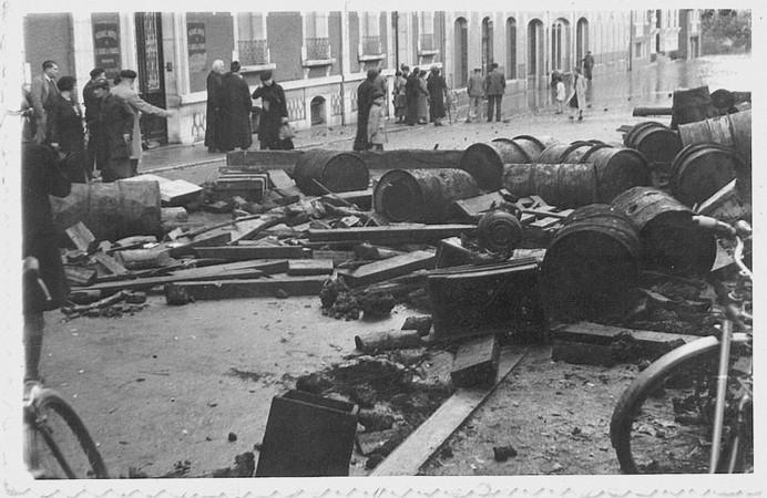27 octobre 1937. Photo prise devant l'actuel Hôtel Saint-Louis de France. De nombreux déchets ont été laissés par la crue, avenue du Paradis. © M.CREPIN