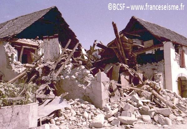 La majorité des maisons du village sont endommagées ou détruites. © BCSF – www.franceseisme.fr