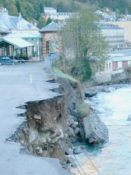 Cauterets. Le gave de Cauterets emporte la berge en amont du parking du casino. © C-PRIM 2012
