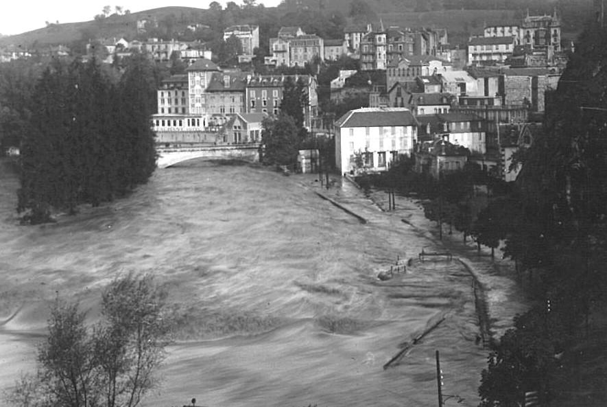 Le Gave de Pau déborde en rive droite. Le quai Saint-Jean est submergé par les eaux tumultueuses du Gave de Pau. © M.CREPIN