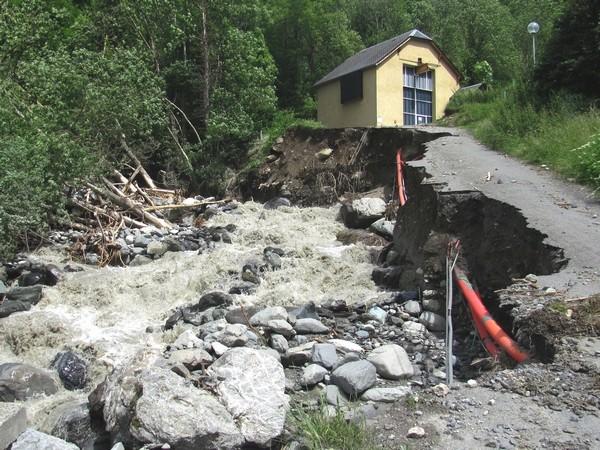 La route d'accès à la centrale a été emportée par le torrent de l'Yse au hameau de villenave. © C-PRIM 2013