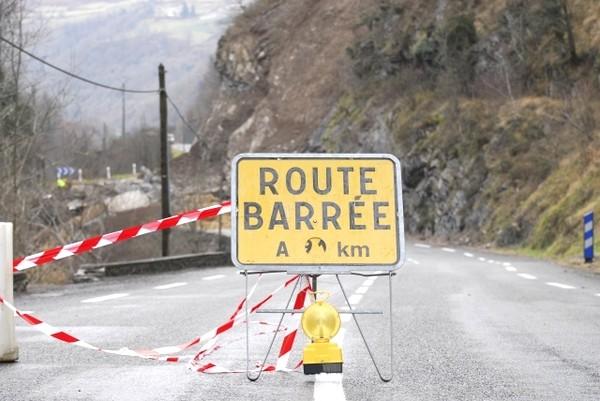 Route nationale coupée entre Cette-Eygun et Etsaut. Les trois villages sont restés isolés durant plus d'une semaine. © Gilles Daid