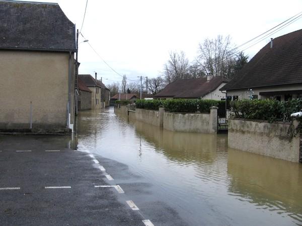La bayse envahit les rues de Mourenx-bourg. © cprim 2011