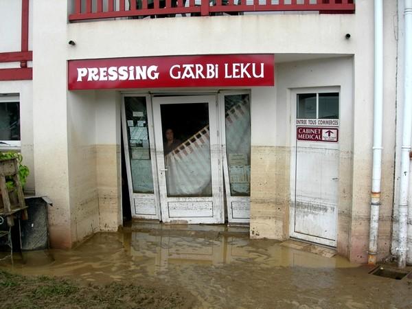 Commerce de Saint-Pée-sur-Nivelle après le retrait des eaux © C-PRIM 2011