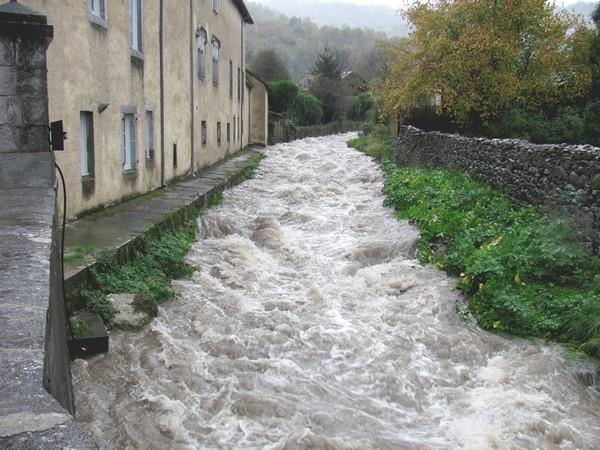 Le torrent de l'Arriumage dans la traversée du village de Bielle. © c-prim 2011
