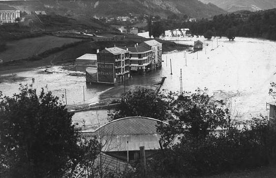 Les bas quartiers de Lourdes sont sous les eaux. Plusieurs hôtels sont inondés ainsi qu'un garage de l'avenue du Paradis. © M.CREPIN