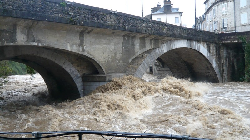 Le gave d'Aspe sous le pont Sainte-Marie à Oloron. © c-prim 2011